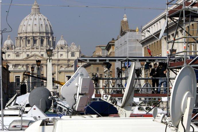 Médiá čakajú na zvolenie nového pápeža. Foto - TASR