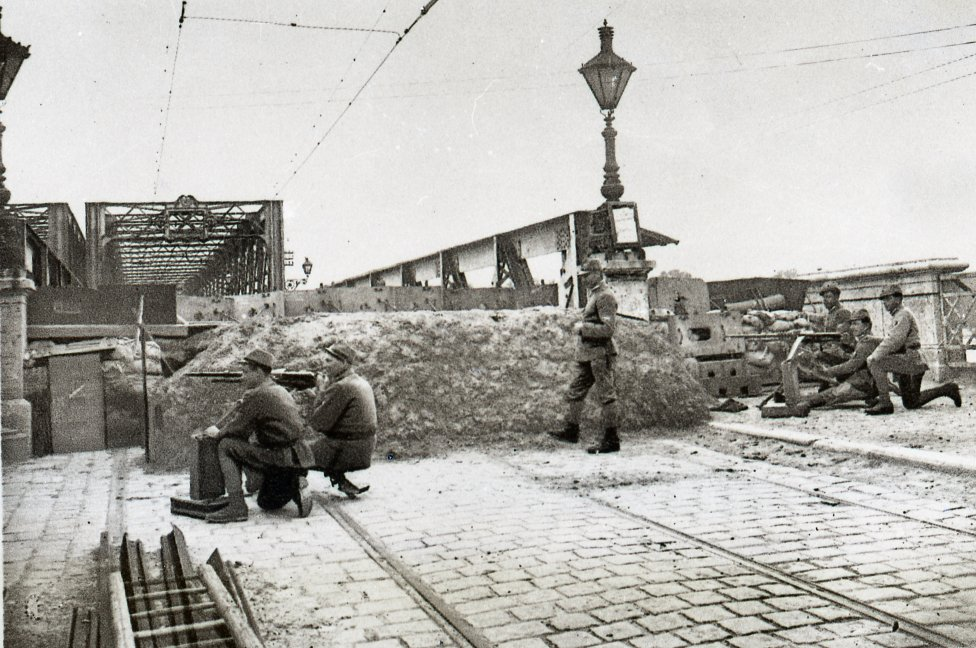 Československá domobrana z Talianska pri strážení Starého mosta, rok 1919. Zdroj - Archív mesta Bratislava