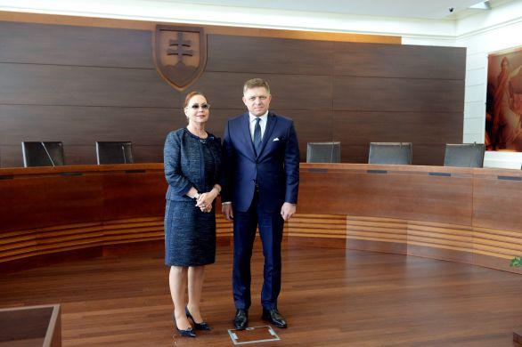 Robert Fico sa vlani počas pracovného výjazdu v Košiciach 24. februára 2017 stretol s predsedníčkou Ústavného súdu Ivettou Macejkovou. Foto - TASR