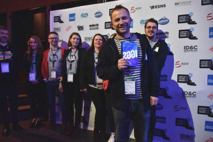 Michal Kaščák s tímom Pohody počas galavečera Európskych festivalových cien. Foto - Martina Mlčúchová