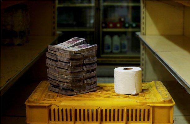 Vo Venezuele je lacnejšie namiesto toaletného papiera používať bankovky. Ani tam ich názory ekonómov nezaujímali.