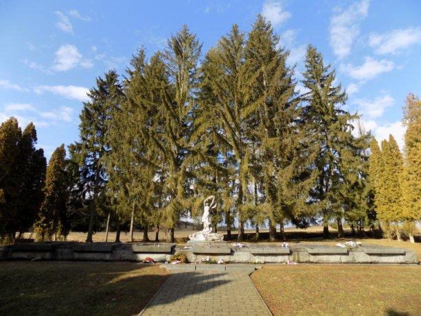 Pamätník a cintorín v obci Tokajík