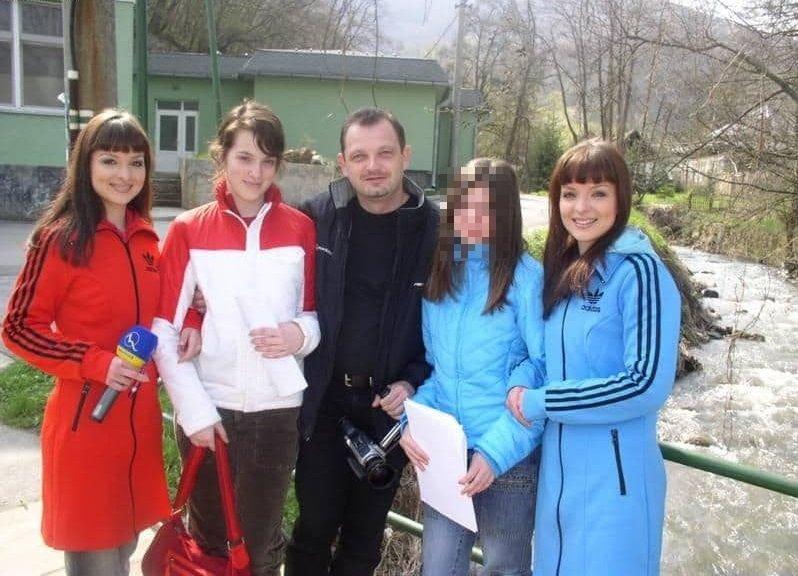 Roman Paulíny s Katarínou Danovou (červeno-biela bunda) a svojou dcérou (bledomodrá bunda) spolu so speváčkami Veronikou a Danielou Nízlovými.