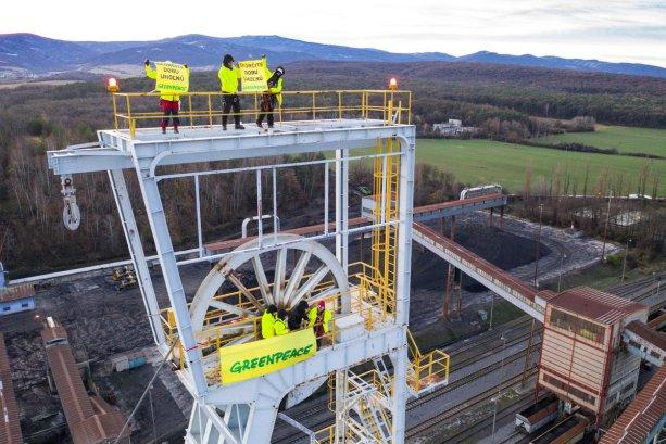 Protest aktivistov Greenpeace na ťažobnej veži v Novákoch