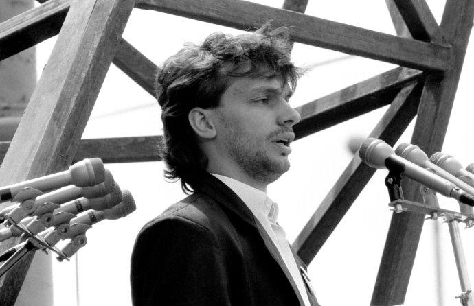 Na snímke zo 16. júna 1989 jeden z vodcov maďarskej opozičnej Aliancie mladých demokratov – FIDESZ Viktor Orbán počas slávnostného znovupochovania pozostatkov revolučného vodcu z roku 1956 Imre Nagya a iných hrdinov boja proti komunizmu na Námestí hrdinov v Budapešti. Foto – TASR/AP