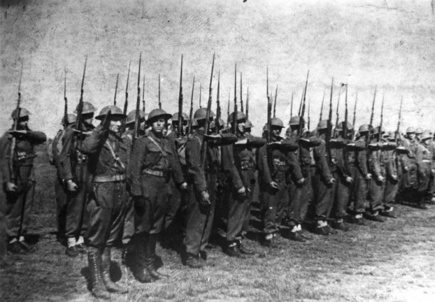 Prví Čechoslováci, ktorí obdržali zbrane v roku 1942. Salutuje samotný Otakar Jaroš.