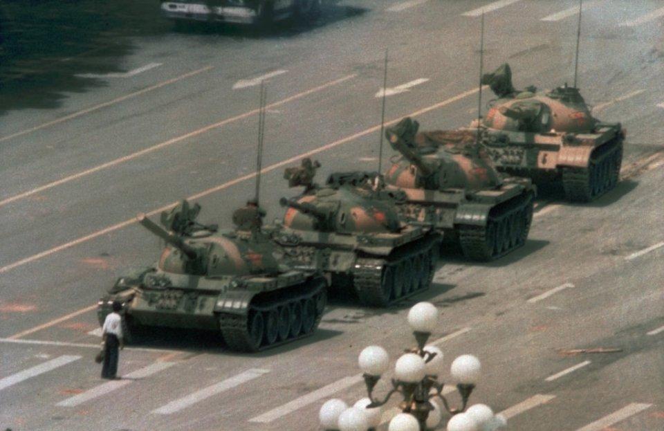 Muž a tank. Slávna fotografia amerického reportéra AP Jeffa Widenera.