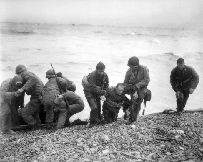Na fotografii zo 6. júna 1944 americkí vojaci počas vylodenia v Normandii. Foto - TASR/AP