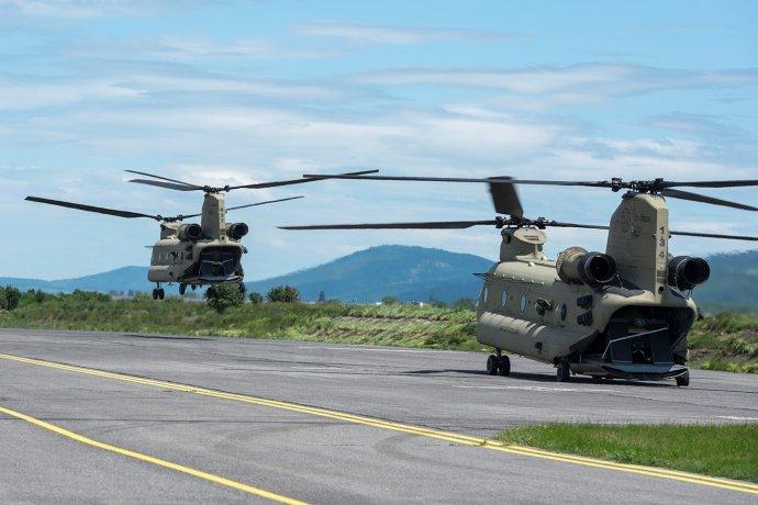 V stredu 29. mája pristálo na letisku v Piešťanoch päť bojových vrtuľníkov Apache a dva transportné vrtuľníky Chinook, ktoré smerovali na cvičenie v Maďarsku a Rumunsku. Pri spiatočnej ceste im pristátie znemožnili. Foto - Facebook Letiska Piešťany (PZY)