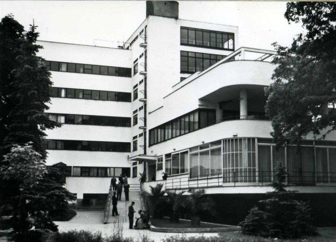 Liečebný dom Machnáč prestal slúžiť v roku 2002, od roku 2006 minimálne päťkrát zmenil majiteľa, v roku 2011 mal ešte správcu, ale odvtedy je situácia iba horšia. Foto – archív SJK