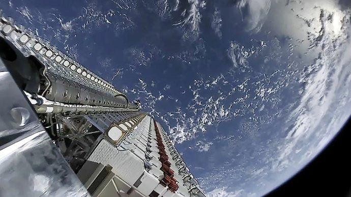 Pohľad na satelity tesne pred tým, ako ich raketa 24. mája vypustila na obežnú dráhu Zeme. Foto – SpaceX