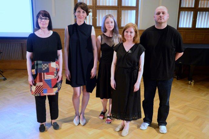 Víťazi Bielych kociek - Jana Geržová, Mira Keratová, Lucia Kotvanová, Daniela Čarná a Dalibor Bača. Foto - RGS