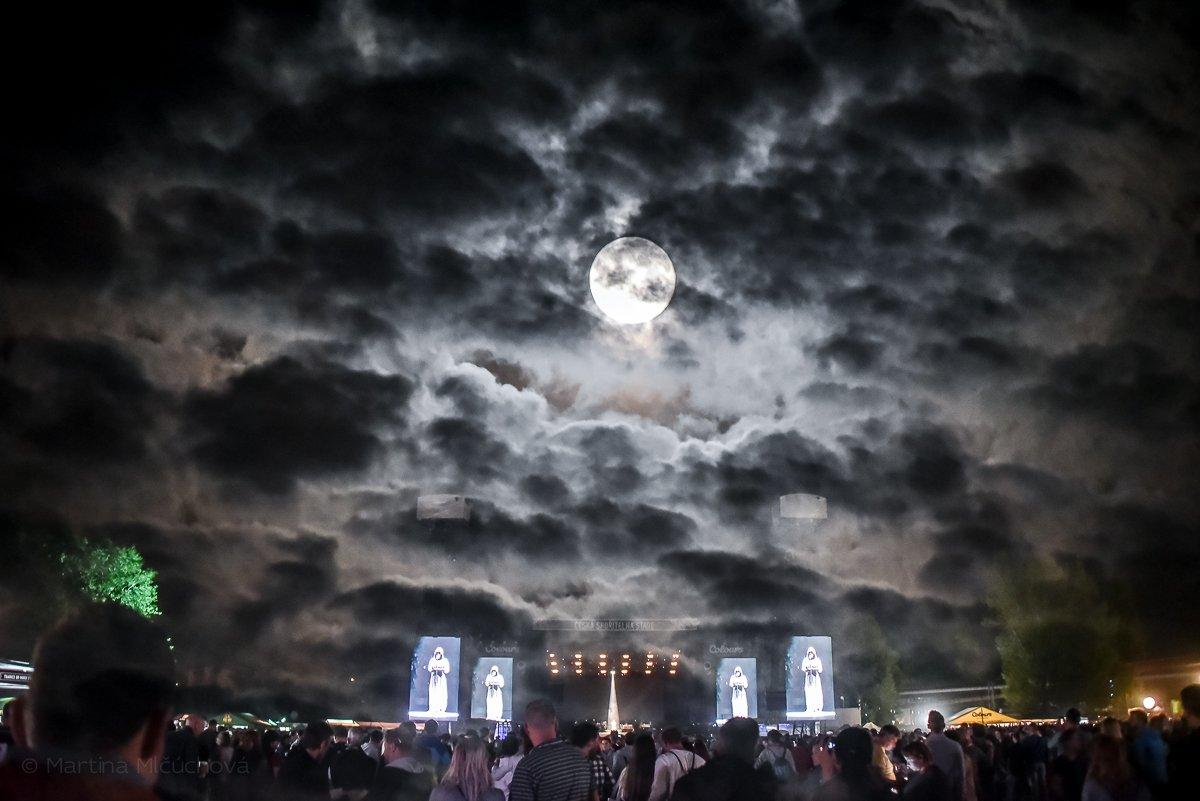 Atmosféra koncertu Florence + The Machine.