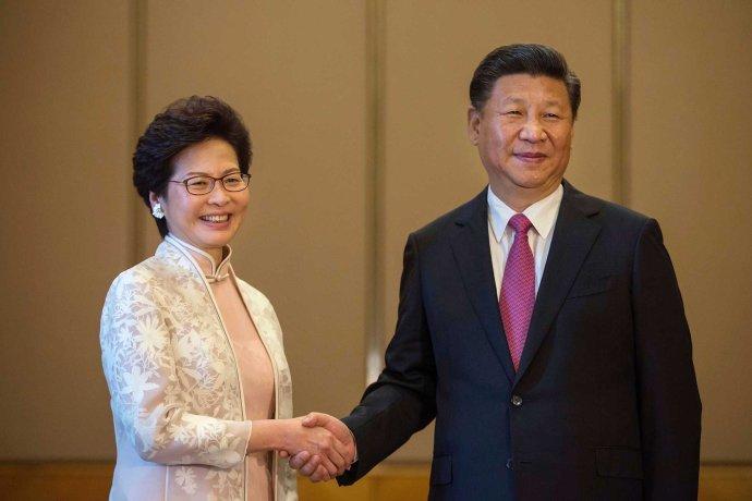 Vľavo Carrie Lamová, šéfka exekutívy Hongkongu. Vpravo Si Ťin-pching, prezident a generálny tajomník Komunistickej strany Číny. Foto – TASR/AP