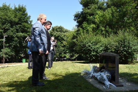 Miroslav Lajčák a kosovský minister zahraničia Behgjet Pacolli pri pamätníku slovenských vojakov. Foto – OSCE/Yllka Fetahaj