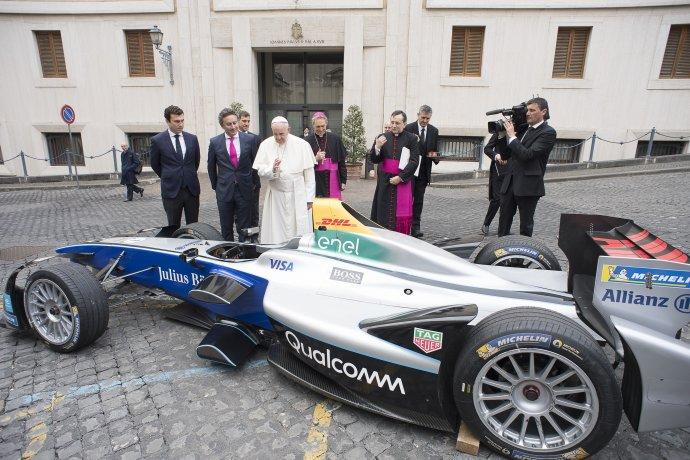 Pápež František žehná oficiálnemu monopostu majstrovstiev sveta FIA formule E vo Vatikáne 11. apríla 2018. Foto - TASR/AP
