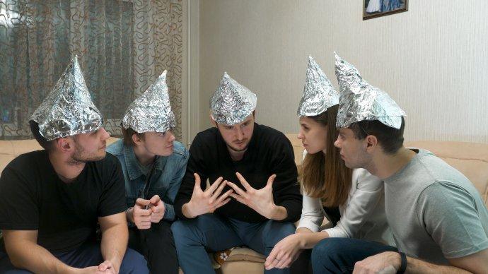 Ľudia sa v experimente vyjadrovali aj ku konšpiračným teóriám, napríklad o utečencoch alebo takzvanej mobilnej technike na kontrolu a ovládanie ľudí. Foto – Adobe Stock