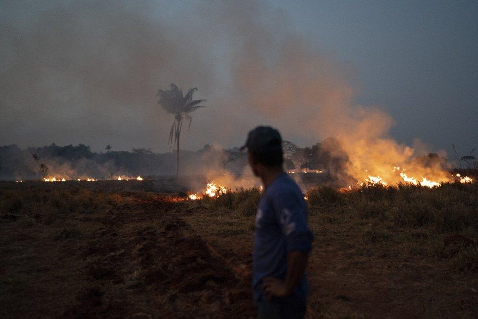"""Na snímke požiar v brazílskom štáte Mato Grosso v piatok 23. augusta 2019. Podľa NASA sú tohtoročné požiare v Amazónii zhruba na priemere za ostatných 15 rokov, na čo ekológ Tomáš Derka z UK hovorí: """"Podľa mňa sa o požiaroch v amazonskom pralese hovorí a píše málo. Jeho rozloha sa s každým dňom zmenšuje, problém je teda aktuálny a akútny."""" Foto – TASR/AP"""