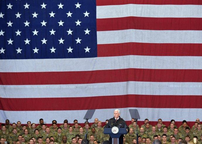 Viceprezident USA Mike Pence počas návštevy amerických vojakov v Afganistane v roku 2017. Foto – TASR/AP