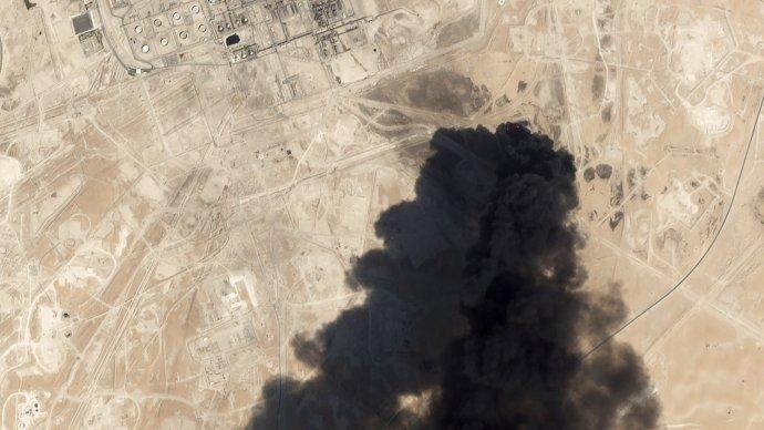 Satelitná snímka dymu, ktorý stúpa po útoku na zariadenie firmy Aramco na spracovanie ropy v Búkjaku v Saudskej Arábii. Foto - TASR/AP