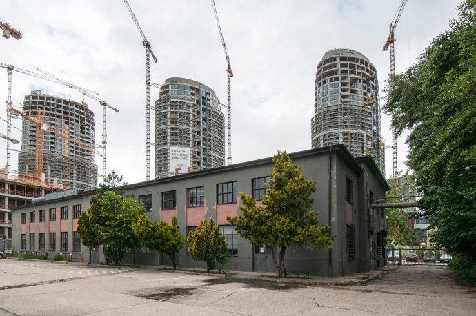 Budova Design factory, bývalá priemyselná hala. Zdroj – FB Čierne diery