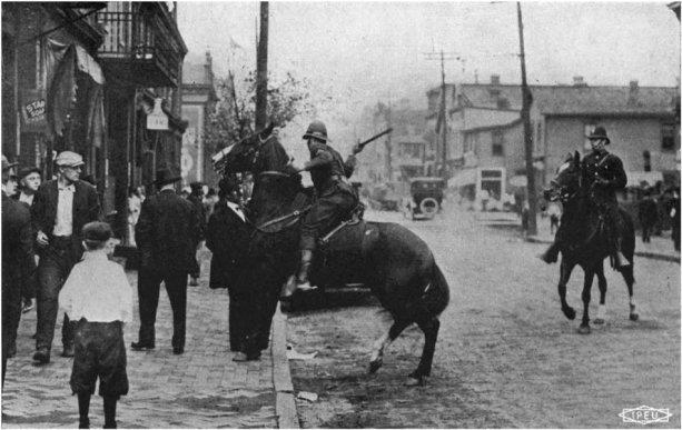 Rudolph Dressel ide dostať ranu od štátneho policajta (bez akejkoľvek provokácie), rok 1919, Homestead, Pennsylvánia