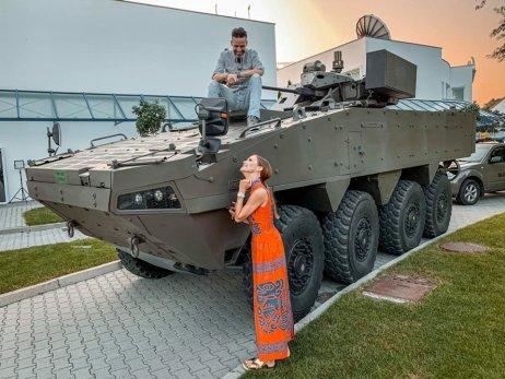 Moderátori Telerána Roman Juraško a Lenka Šóošová pózujú s fínskym transportérom Patria AMV, ktorý SNS pomenovala Vydra. Foto – Facebook/Teleráno