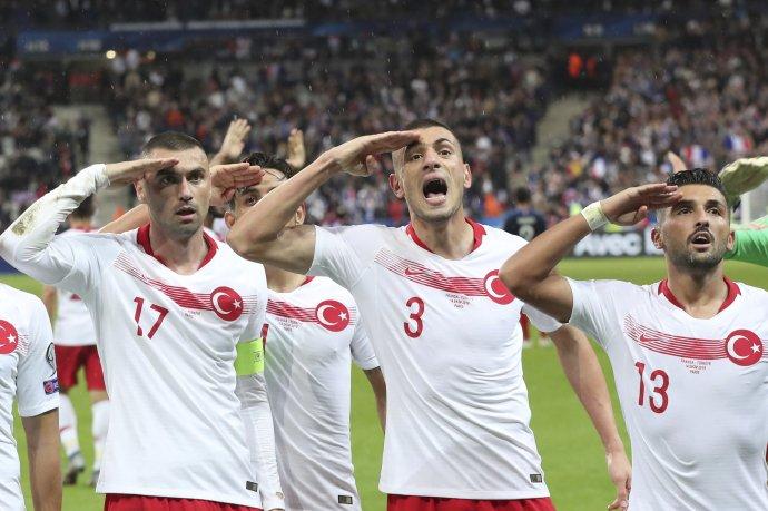 Tureckí futbalisti salutujú na podporu invázie do Sýrie. Foto - AP/Thibault Camus