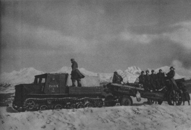 Delostrelci z 5. delostreleckého pluku presúvajú svoju 152mm húfnicu do Bitky o Liptovský Mikuláš. V pozadí sú vidieť Vysoké Tatry.
