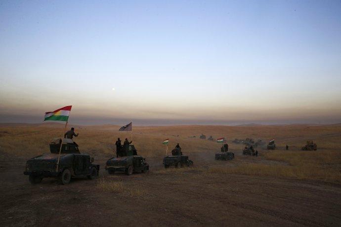 Konvoj kurdských bojovníkov blízko irackého Mosulu. Foto - AP