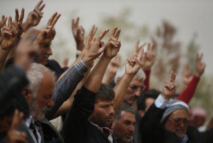 Na kurdskom pohrebe v Turecku. Pochovávali bojovníkov, ktorí sa postavili proti Dáišu. Foto - TASR/AP