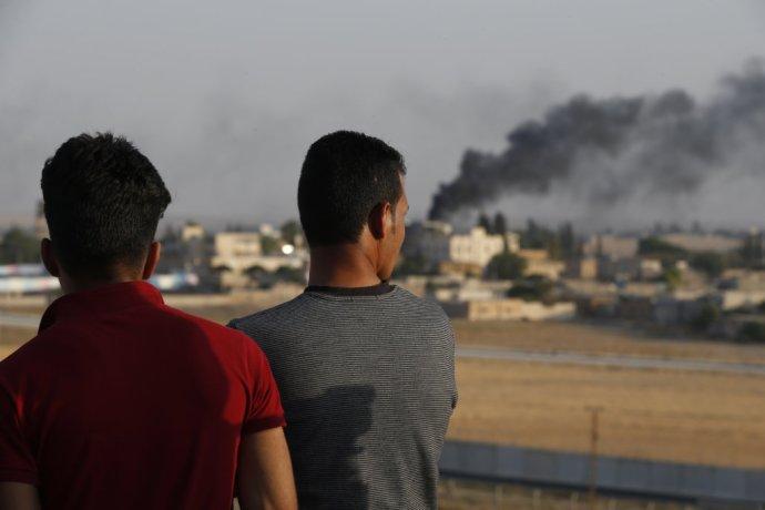 Pohľad z tureckej strany hraníc na bombardovanie severnej Sýrie. Foto - TASR/AP