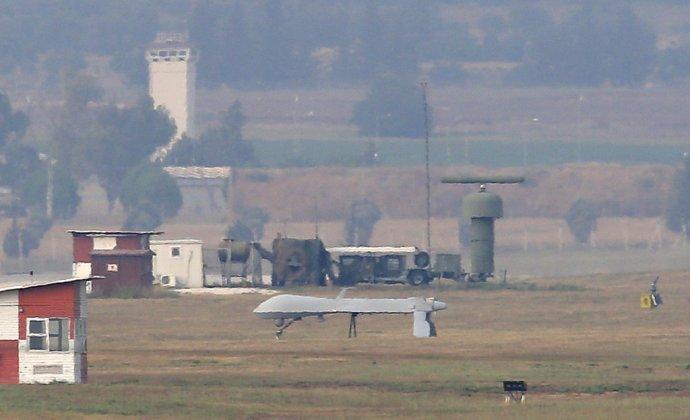 Prieskumné bezpilotné lietadlo MQ-1 Predator po pristátí na leteckej základni Incirlik neďaleko tureckého mesta Adana v juhovýchodnom Turecku. Američania tam majú 50 jadrových zbraní. Foto - TASR/AP