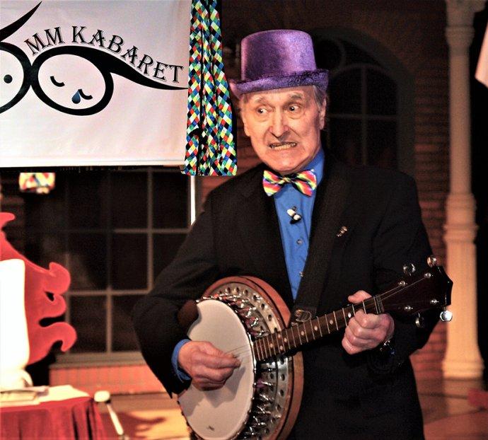S bendžom a klobúkom: obvyklé uvítanie obecenstva. Foto - archív MM kabaret