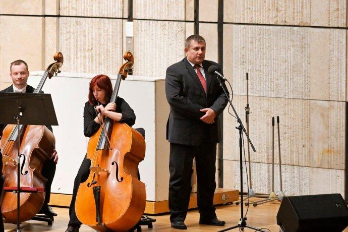 Riaditeľ sekcie programových služieb Slovenského rozhlasu Michal Dzurjanin otvára prvý koncert orchestra v sezóne. Foto - archív SRo