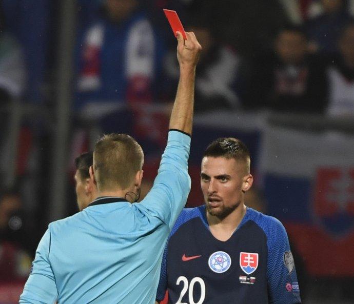 Hlavný rozhodca ukazuje červenú kartu Róbertovi Makovi. Foto: TASR - Martin Baumann