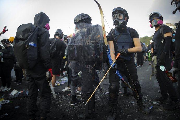 Demonštranti sa bránia aj lukmi. Foto – TASR/AP