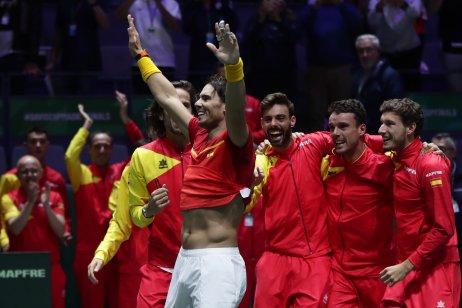 Španielsky tím na čele s Rafaelom Nadalom sa teší z triumfu v Davisovom pohári. Foto AP – Manu Fernandez