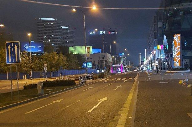 Ešte predtým, než medzi Euroveou a Slovenským národným divadlom povedie (?) nová električková trasa, sa tadiaľ dá nerušene pochodovať. Foto (po dnešnej polnoci) – autor