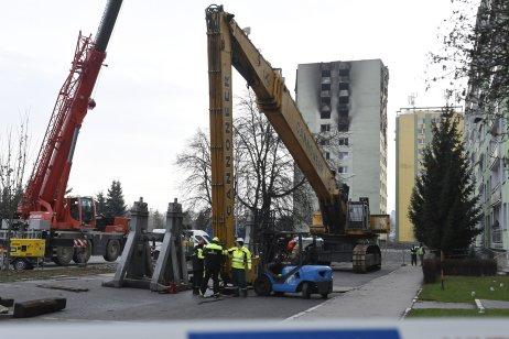 Príchod demolačného stroja. Foto – tasr