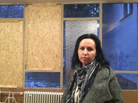 Riaditeľka Zuzana Peržeľová pred rozbitými oknami. Foto – N