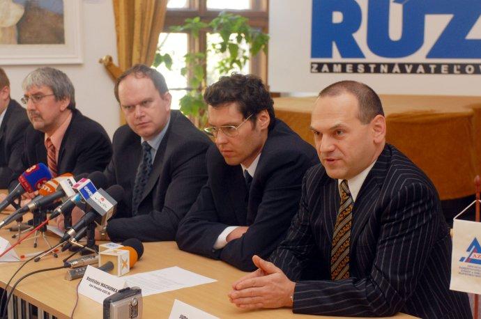 Ján Sabol (vpravo) sa od začiatkov súkromného podnikania na Slovensku angažoval v podnikateľských štruktúrach. Archívne foto - TASR