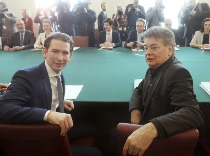 Staronový rakúsky kancelár Sebastian Kurz (vľavo) a jeho koaličný partner, vicekancelár Werner Kogler. Foto - TASR/AP