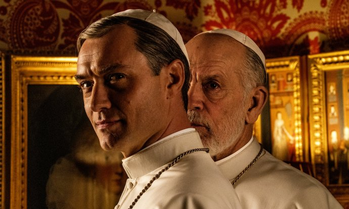 Jude Law and John Malkovich. v seriáli The New Pope. Foto – HBO/SKY
