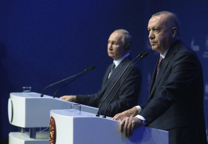 Turecký prezident Recep Tayyip Erdoğan (vpravo) a ruský prezident Vladimir Putin nedávno otvárali plynovod TurkStream. V Líbyi stoja na opačnej strane. Foto - TASR/AP
