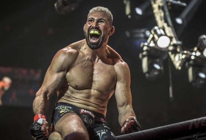 Attila Végh oslavuje po víťazstve nad Karlosom Vémolou. Foto – Oktagon MMA