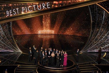 Tvorcovia filmu Parazit si preberajú Oscara za najlepší film. Foto: TASR/AP