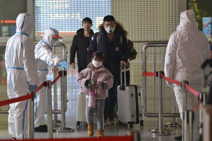 Na železničnej stanici v meste Nanking na východe Číny. Po štrajku zdravotníckeho personálu v Hongkongu nakoniec aj táto provincia zavrela hranice s pevninskou Čínou. Foto - TASR/AP