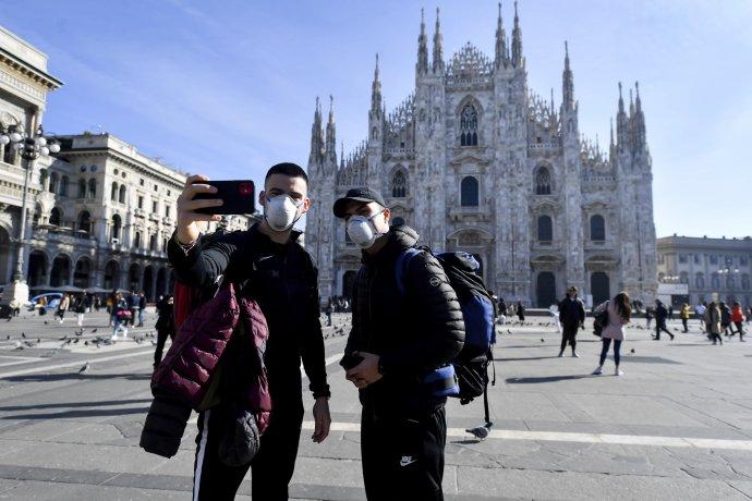 Ľudia s rúškami pred katedrálou v Miláne. Foto – TASR/AP