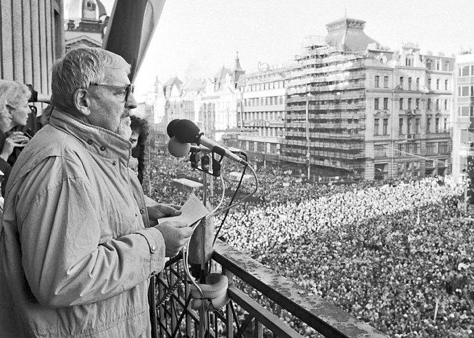 Miroslav Kusý na Václavskom námestí v Prahe počas novembrových dní 1989. Foto - ČTK